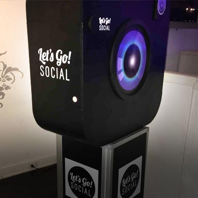 Social media posting digital photo booth